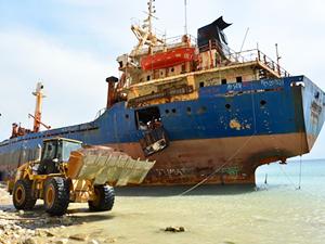 Bozcaada'da sökülen gemiden kalan parçalarda asbest tespit edildi