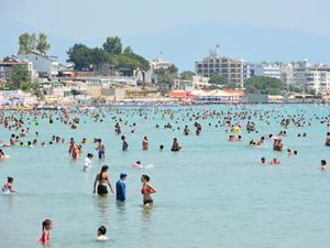 Didim'de sıcak hava sahilleri doldurdu