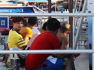 Lastik bottaki göçmenleri tur teknesi kurtardı