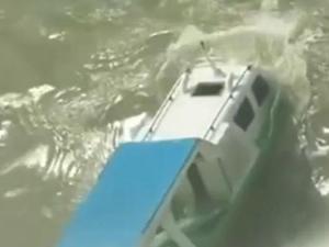 Hint Okyanusu'nda dev dalgalar tekneyi yuttu