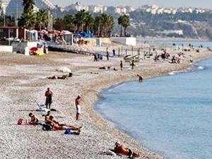Sıcaktan bunalanlar Konyaaltı Sahili'nde denizin tadını çıkardı