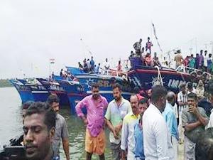 Kochi'de balıkçı teknesiyle gemi çatıştı