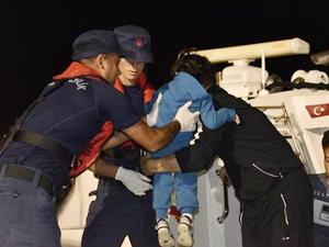 İzmir'de lastik botta 45 kaçak göçmen yakalandı
