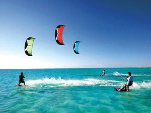 Kiteboard yapan sporcular adeta suyla dans ediyor