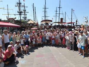 Antalya'da özel çocuklar için tekne turu düzenledi