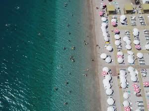 Antalya'da sıcak havadan bunalanlar denizde serinledi