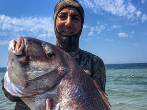 Çanakkale'de zıpkınla 12 kiloluk balık avladı