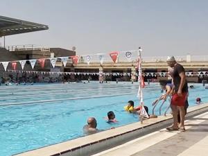 Engelli çocuklar yüzme öğrenmenin mutluluğunu yaşıyor
