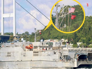ABD savaş gemisinden Türk bayrağıyla selam