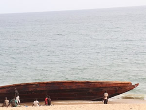Dakar'da göçmen teknesi karaya vurdu!