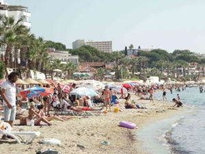 Kuşadası'nda sahiller tatilcilerle doldu
