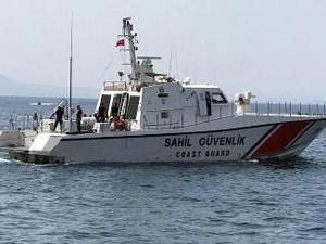 Sürat teknesi arızalanan 18 kaçak göçmen kurtarıldı