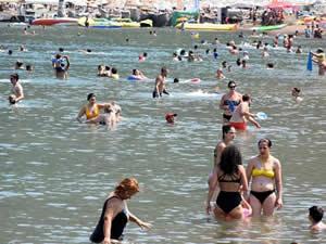 Tatilciler, Marmaris'te plaj ve havuzları doldurdu
