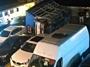Yalova-Yenikapı seferini yapan feribotta kamyon devrildi