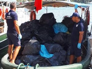 Bayramda teknelerden 128 ton çöp toplandı