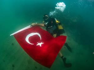 Su altı sporcuları sahilde Türk bayrağı açtı