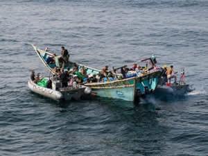 USS JASON DUNHAM, Yemen'de bir tekneyi durdurdu