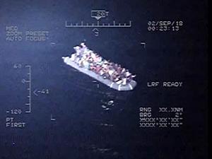 Botları su alan göçmenlere Sahil Güvenlik yetişti