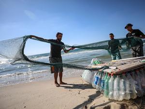 Gazze'de bir balıkçı, pet şişelerden 'ekmek teknesi' yaptı