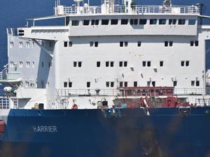 Foça'da denize yakıt akıtan gemi söküm için karaya çıkarıldı