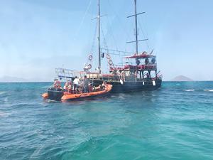 Bodrum'da karaya oturan teknede bulunanlar kurtarıldı