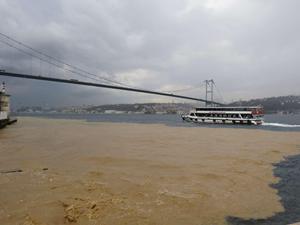 İstanbul Boğazı, yağış sonrası kahverengiye boyandı