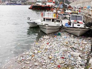 Zonguldak Limanı yağışın getirdiği çöplerle doldu