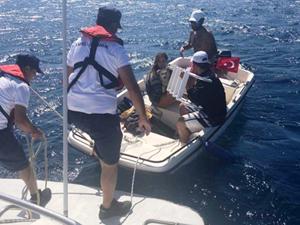 Rüzgara kapılan teknedeki 3 kişiyi Sahil Güvenlik kurtardı