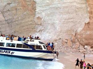 Yunanistan'da korku dolu anlar yaşandı, ünlü plaj çöktü!