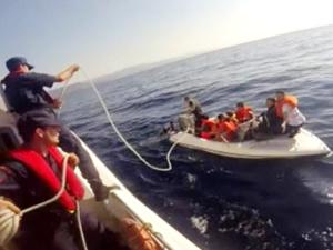 Tekneleri su alan göçmenleri Sahil Güvenlik kurtardı
