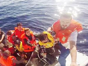 İzmir'de 15 kaçak göçmen, fiber teknede yakalandı