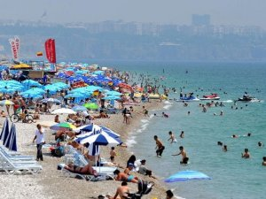 Antalya sahili'nde görülmemiş yoğunluk yaşanıyor
