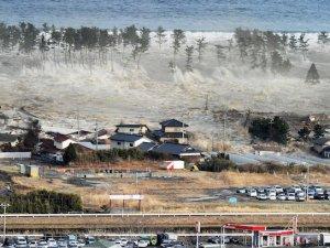Tsunami Endonezya'yı vurdu