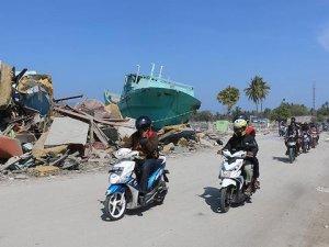 Endonezyalılar deniz kıyısındaki evlerini terk ettiler