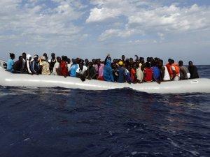 60 kişinin bulunduğu tekne Gine'de battı