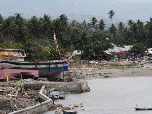Endonezya'da tsunamide ölenlerin cesetleri kıyıya vuruyor