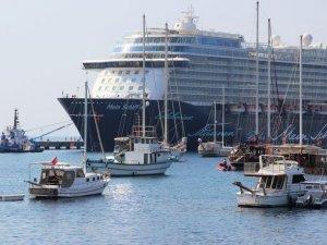 'Mein Schiff 4' yolcu gemisi 2 bin 500 yolcuyla Bodrum'a yanaştı