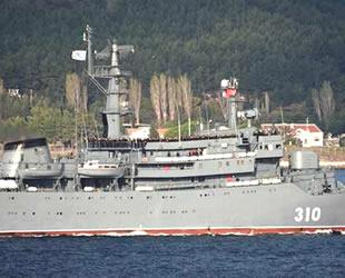 Rus savaş gemisi Çanakkale Boğazı'ndan geçerken tüm mürettebat güverteye çıktı