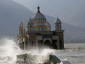 Endonezya'da deprem ve tsunami 'yüzen cami'yi yıkamadı