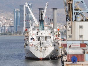 'Julia AK' isimli gemi, angusları indiremeden Alsancak Limanı'ndan ayrıldı