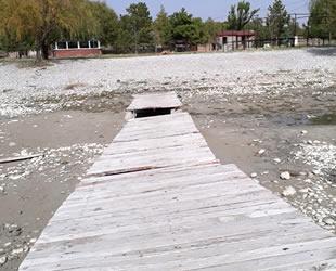 Taşevi Plajı'nda su çekildi, iskele ortada kaldı