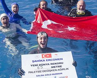 Şahika Ercümen, Salda Gölü'nde 65 metreye inerek yeni dünya rekorunu kırdı