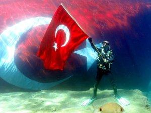 Fethiye'de 'Cumhuriyet'in 95. yaşını denizin dibinde kutladılar