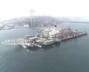 Dünyanın en büyük inşaat gemisi 'Pioneering Spirit', İstanbul Boğazı'ndan geçti