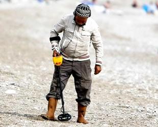 Define avcıları, Antalya sahilinde dedektörle para avına çıktı