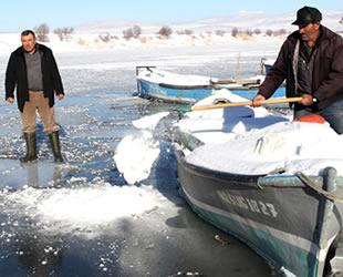 Suğla Gölü'nde balıkçılar buz tutan gölün ava açılmasını bekliyor