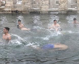 Yozgat'ta iki bin yıllık havuzda kar altında yüzme keyfi yaşanıyor