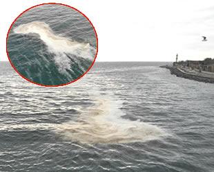 İstanbul Sarayburnu sahilinde denizde oluşan tabaka şaşırttı