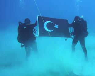 Girit'te Türk bayrağı açan askeri dalgıçlar, Yunanistan'ı fena kızdırdı