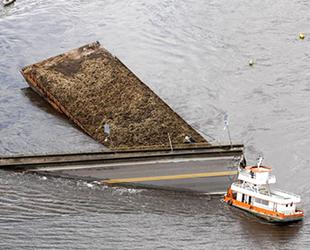Feribot köprünün ayağına çarptı, köprünün 200 metresi sulara gömüldü